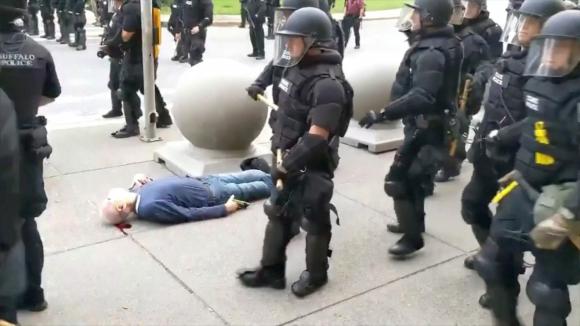 El anciano en el piso luego de ser golpeado. Foto: Reuters