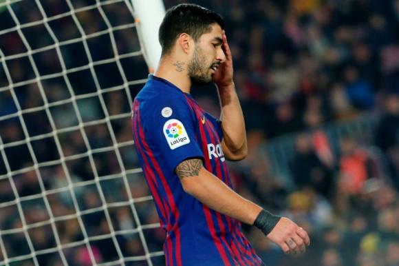 Luis Suárez luciendo la camiseta de Barcelona. Foto: AFP.