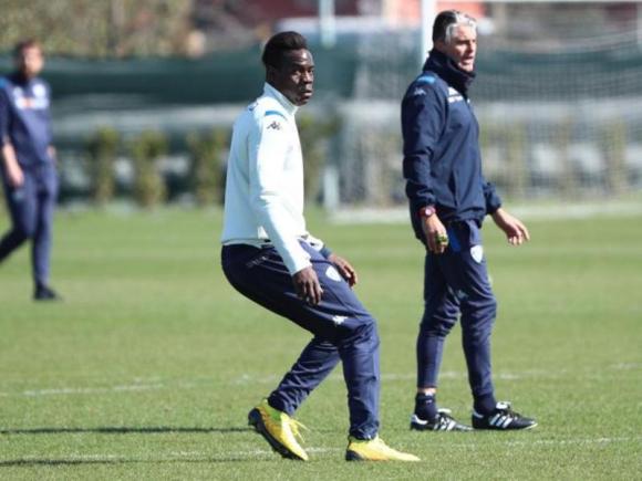 Mario Balotelli y Diego López en un entrenamiento del Brescia