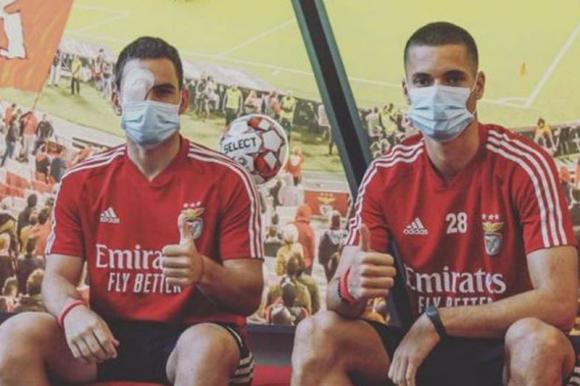 El alemán Weigl y el serbio Zivkovic tras lo ocurrido con el ómnibus de Benfica.
