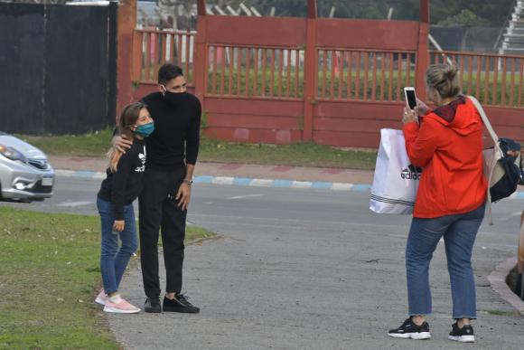 La gente aprovechó y se sacó fotos con jugadores como Urretaviscaya. Foto: Leonardo Mainé.