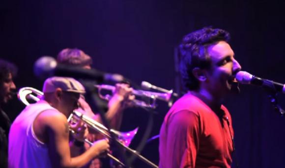 "Emiliano Brancciari en ""Público"", el DVD de No Te Va Gustar. Foto: Captura de YouTube"