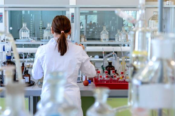 Mujer trabajando en laboratorio. Foto: Pixabay
