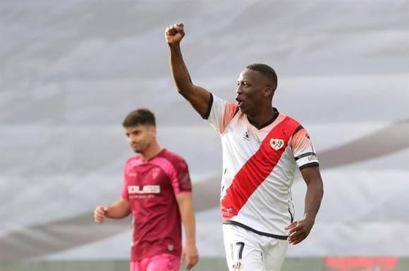 El peruano Advíncula marcó el gol del triunfo. FOTO: EFE.