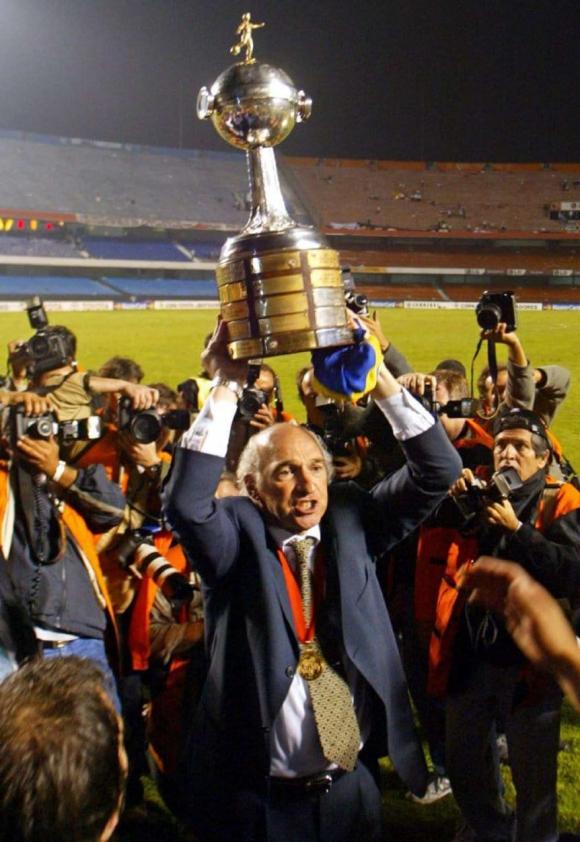 Carlos Bianchi tras ganar una Copa Libertadores con Boca Juniors. Foto: Archivo El País.