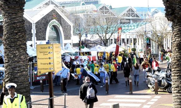 Uruguay debutó en Ciudad del Cabo. Banderas y camisetas de clubes locales se vieron en los alrededores. Foto: Gerardo Pérez