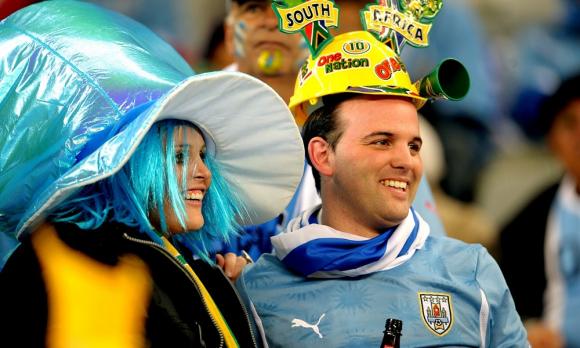 Hinchas en las tribunas en la previa al debut entre Uruguay y Francia en Sudáfrica 2010. Foto: Gerardo Pérez