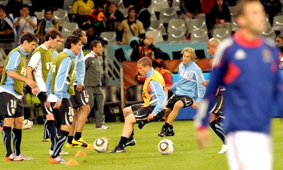 Los jugadores de Uruguay calientan previo al debut ante Francia en Sudáfrica 2010. Foto: Gerardo Pérez
