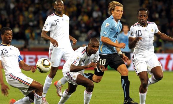 Diego Forlán es marcado por cuatro jugadores de Francia. El delantero terminó siendo figura ese Mundial. Foto: Gerardo Pérez