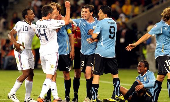 Diego Lugano y Diego Godín recriminan a los jugadores de Francia tras otra falta ante Álvaro Pereira. Foto: Gerardo Pérez