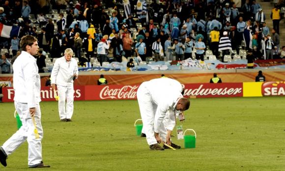 Trabajadores durante el entretiempo en el partido entre Uruguay y Francia en Sudáfrica 2010. Foto: Gerardo Pérez