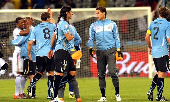 Jugadores conformes con el resultado y de fondo Diego Pérez y Patrice Evra se abrazan. Foto: Gerardo Pérez
