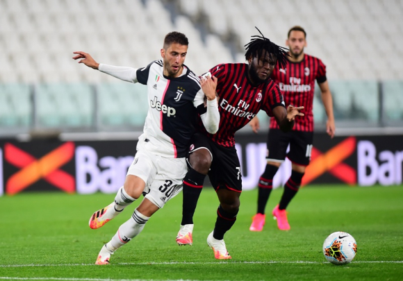 Rodrigo Bentancur en el Juventus-Milan. Foto: Reuters.