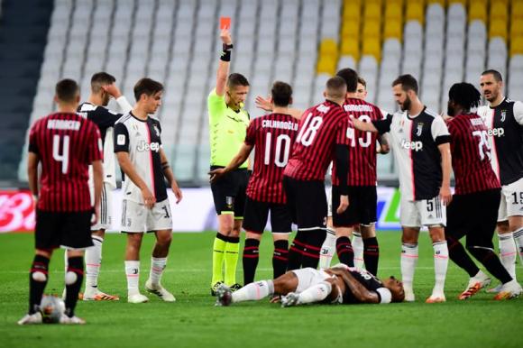 La expulsión de Ante Rebic en el Juventus-Milan. Foto: Reuters.