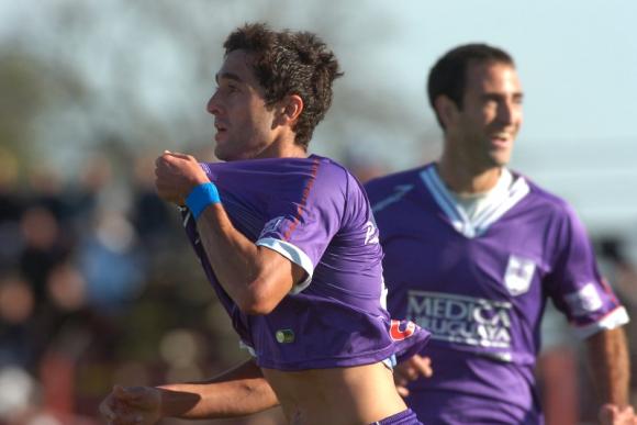 """Diego """"Facha"""" Ferreira defendiendo la camiseta de Defensor Sporting. Foto: Archivo El País."""