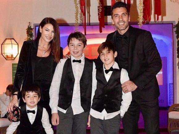 Gianluigi Buffon junto a sus hijos y su pareja. Foto: Instagram / gianluigibuffon