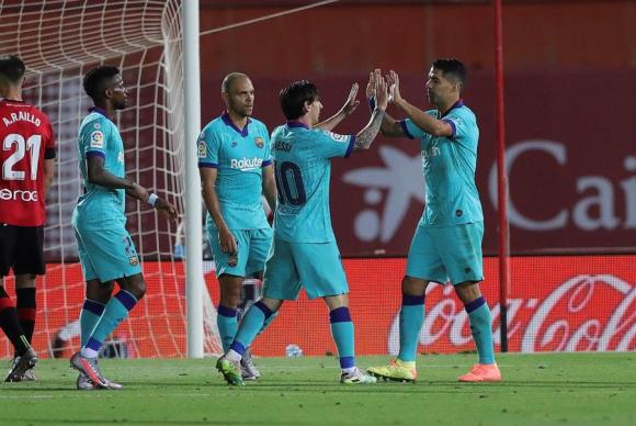 Luis Suárez saluda a Messi luego de que ambos gestaran el gol de Barcelona. Foto: EFE.
