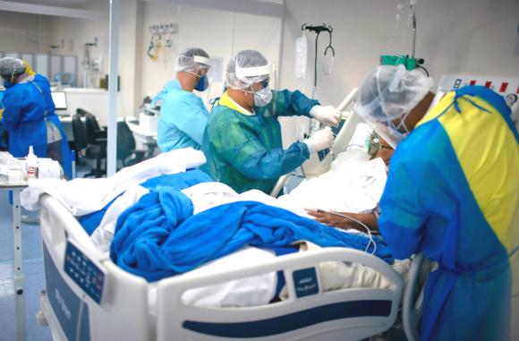 Los hospitales trabajan sin pausa en las grandes ciudades de Brasil para atender la emergencia causada por el COVID-19. Foto: AFP