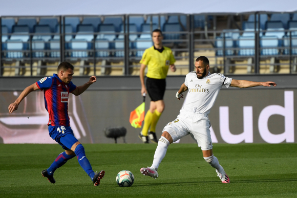 Sebastián Cristóforo en el duelo entre Eibar y Real Madrid. Foto: AFP.