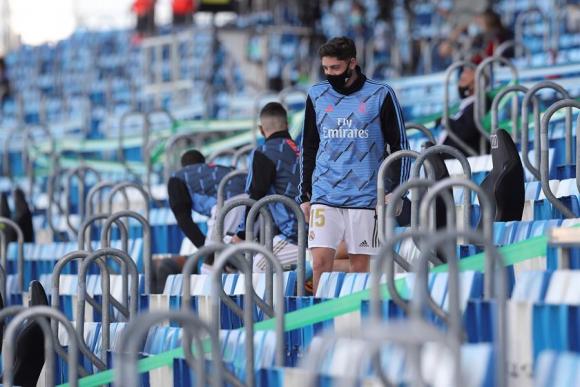 Federico Valverde en el banco de suplentes en el Real Madrid-Eibar. Foto: EFE.