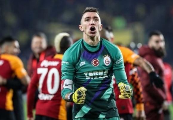 Fernando Muslera defendiendo los colores del Galatasaray.
