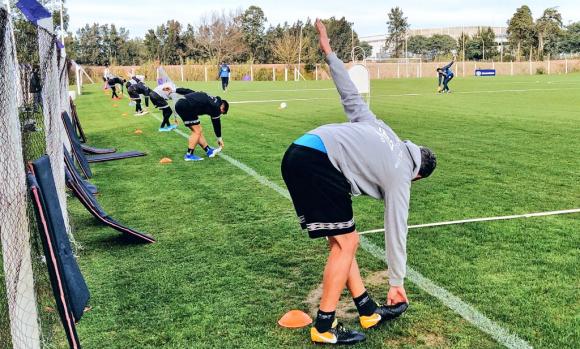 Los jugadores de Defensor Sporting trabajan de forma individual en la cancha. Foto: @DefensorSp.
