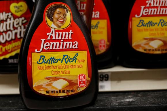 Botellas de jarabe de Aunt Jemima en el estante de una tienda en la ciudad de Nueva York. Foto: Reuters.
