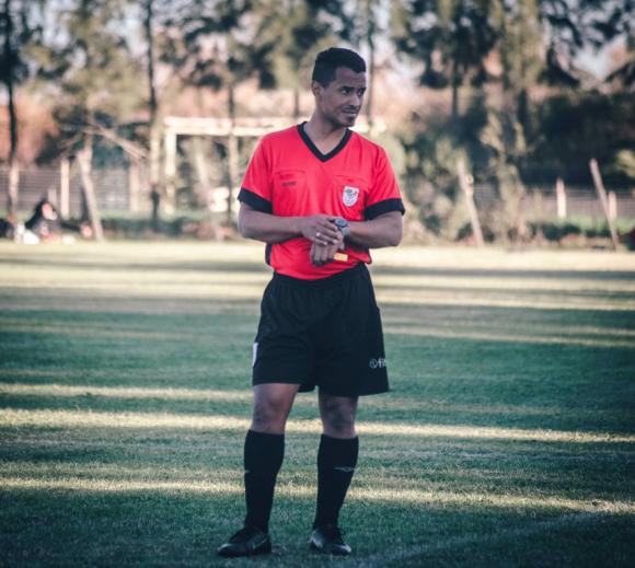 Burgueño se sintió bien arbitrando, aunque se posicionaba como si fuera un jugador. FOTO: Diego Pérez Fotografía.