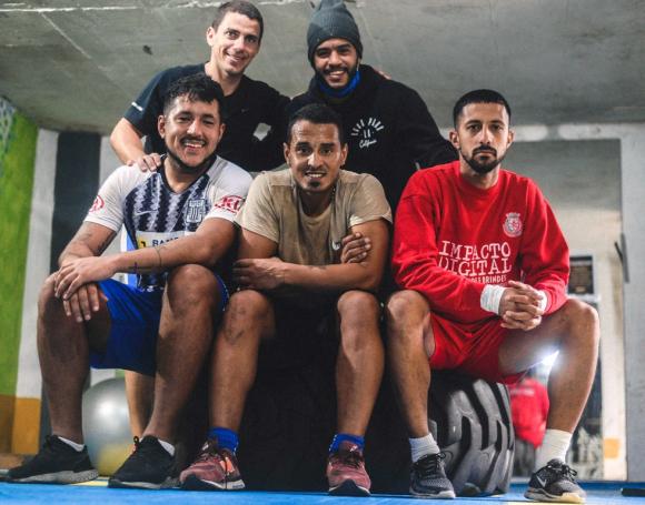 Burgueño entrena junto al preparador físico Carlos Martínez y un grupo de amigos para estar pronto para cuando lo llamen. FOTO: Diego Pérez Fotografía.