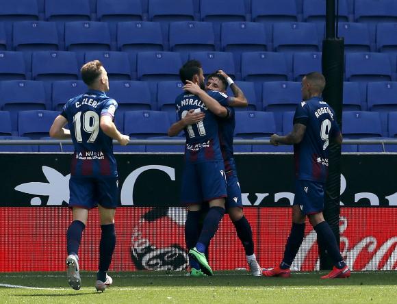Los jugadores del Levante celebran uno de sus goles ante el Espanyol. Foto: EFE.