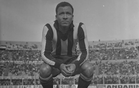 Alberto Spencer defendiendo los colores de Peñarol. Foto: Archivo El País.