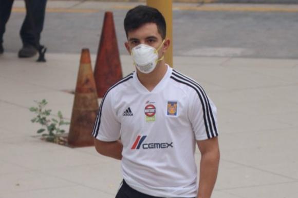 Leonardo Fernández en la revisión médica con Tigres. Foto: @TigresOficial