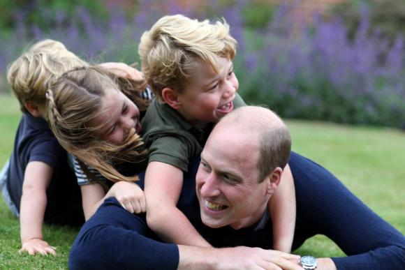 El príncipe Wlliam junto a sus hijos George, Louis y Charlotte captados por Kate Middleton