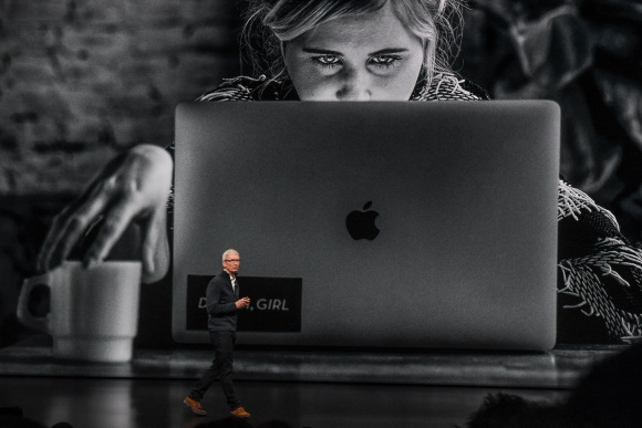 Tim Cook, CEO de Apple presenta nuevos productos durante un lanzamiento de Apple. Foto: AFP.