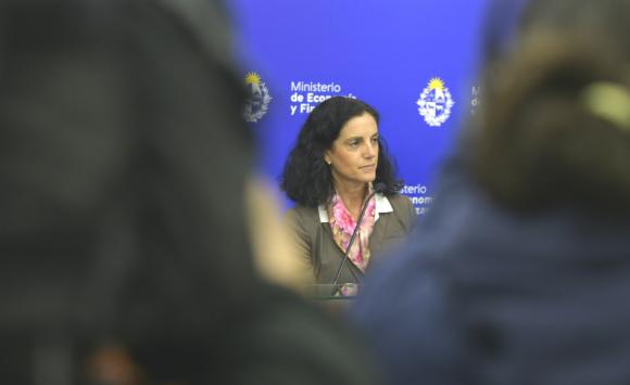 La ministra de Economía, Azucena Arbeleche destacó la oportunidad de la operación. Foto: Gerardo Pérez