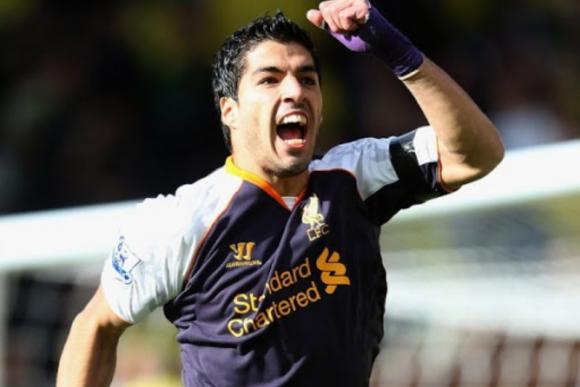 Luis Suárez festejando un gol ante el Stoke City