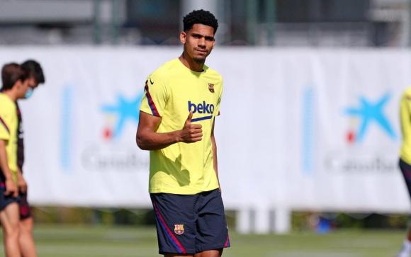 Ronald Araújo en el entrenamiento del Barcelona. Foto: @FCBarcelona.
