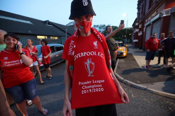 El festejo de los hinchas del Liverpool tras la consagración. Fotos: AFP y Reuters.
