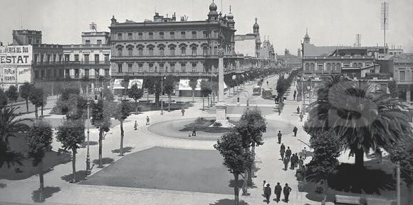 """La Plaza Cagancha al iniciarse el siglo XX. El tránsito, limitado a  dos carros y dos tranvías """"de caballitos"""", debe rodear la plaza,  reservada a los peatones."""