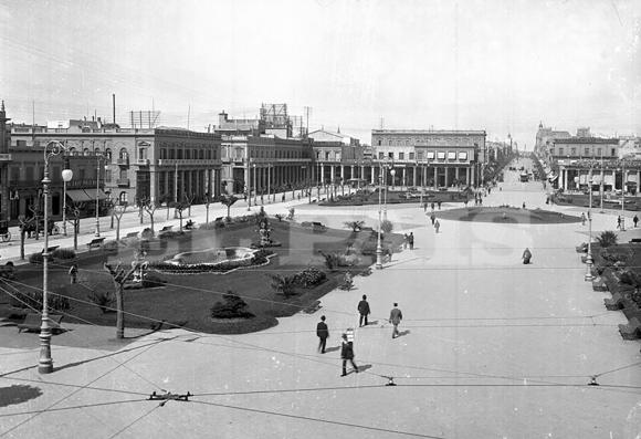 La Plaza Independencia, también a comienzos del siglo XX, decorada con jardines y fuentes, rodeada por la tradicional pasiva.