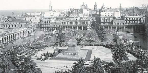 Inauguración del monumento al prócer José Artigas en la Plaza Independencia, el 28 de febrero de 1923.