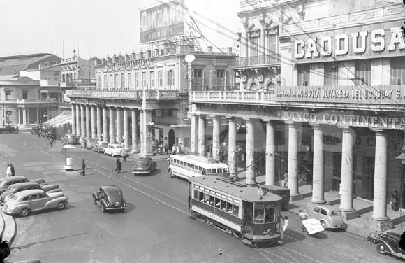 """Juncal y Sarandí en la década de 1950. Falta la Puerta de la Ciudadela, que se había """"mudado"""" a la Escuela de Artes y Oficios."""