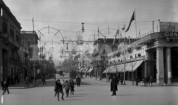 La avenida 18 de Julio también decorada para los actos de 1892. A la derecha el café La Giralda, donde luego se levantaría el Palacio Salvo.