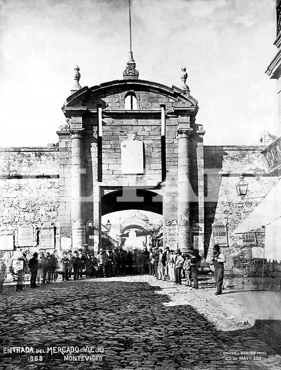 La Puerta de la Ciudadela en 1868 es la entrada del Mercado Viejo, el espacio donde hoy se encuentra la Plaza Independencia, mirada desde la calle Sarandí.