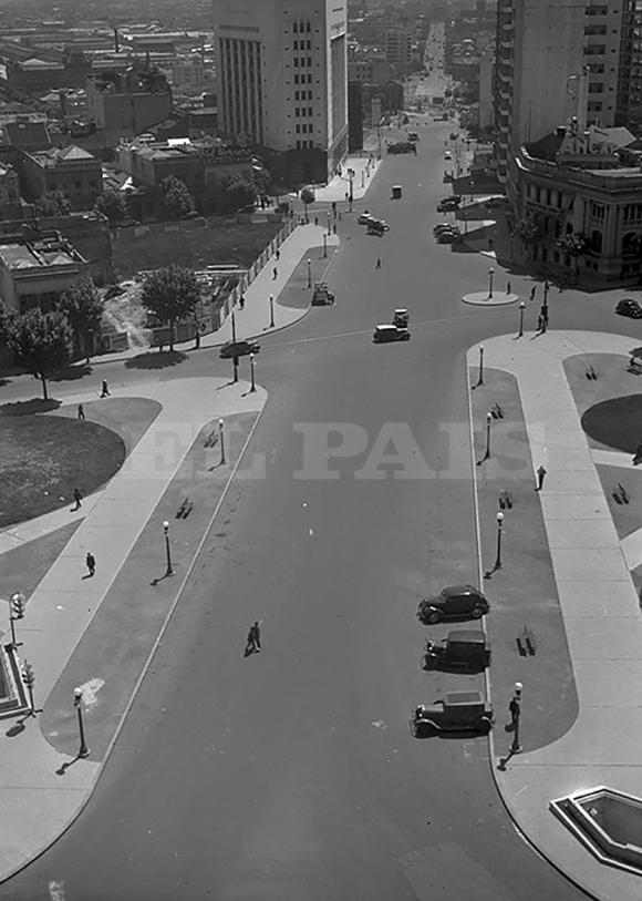 Pocos años después de su inauguración en 1935, la diagonal Agraciada, hoy avenida del Libertador, parece demasiado ancha para  el escaso tránsito.