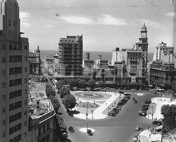 """Durante  años, la diagonal Agraciada terminaba en la avenida 18 de Julio. La Plaza Fabini, o """"del Entrevero"""" fue inaugurada en 1964 y la obra  de Belloni en 1967."""