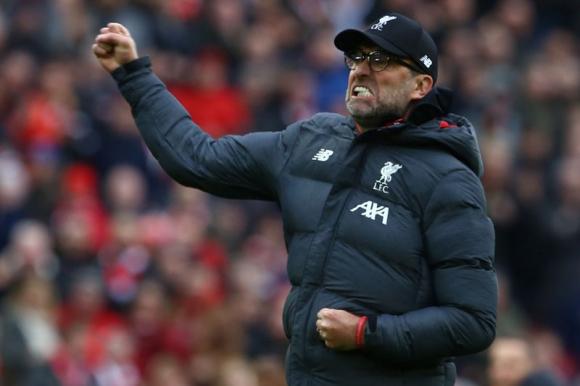 Jürgen Klopp celebra con los colores del Liverpool. Foto: AFP.