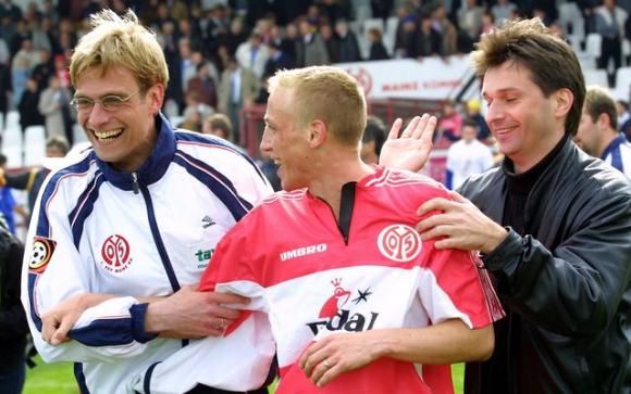 Un joven Jürgen Klopp como entrenador del Mainz de Alemania.