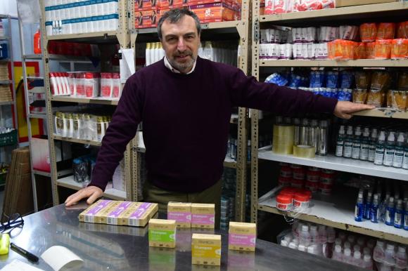 Alejandro Gold dirige el laboratorio dedicado al desarrollo de cosméticos y biocidas bajo las marcas Primicia, Calypso y Flexuave.