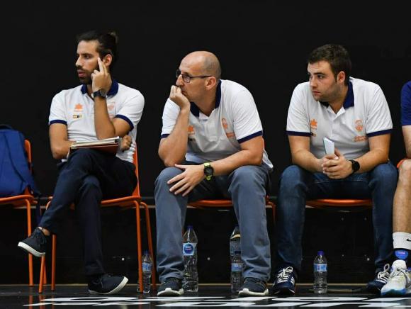 Pablo Cano trabajando como asistente en Valencia Basket. Foto: Valencia Basket.